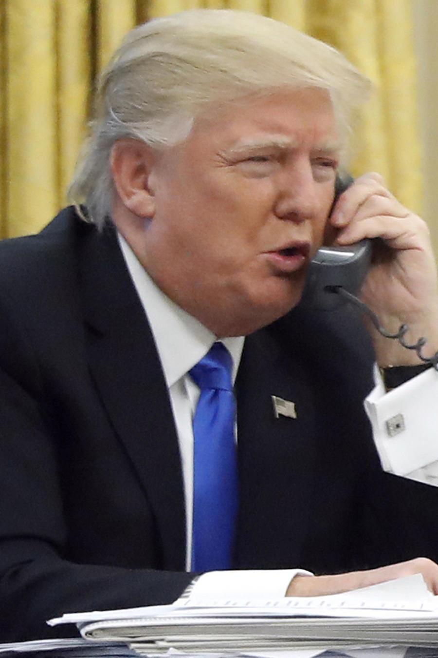 El president Donald Trump habla por teléfono el 28 de enero de 2017.