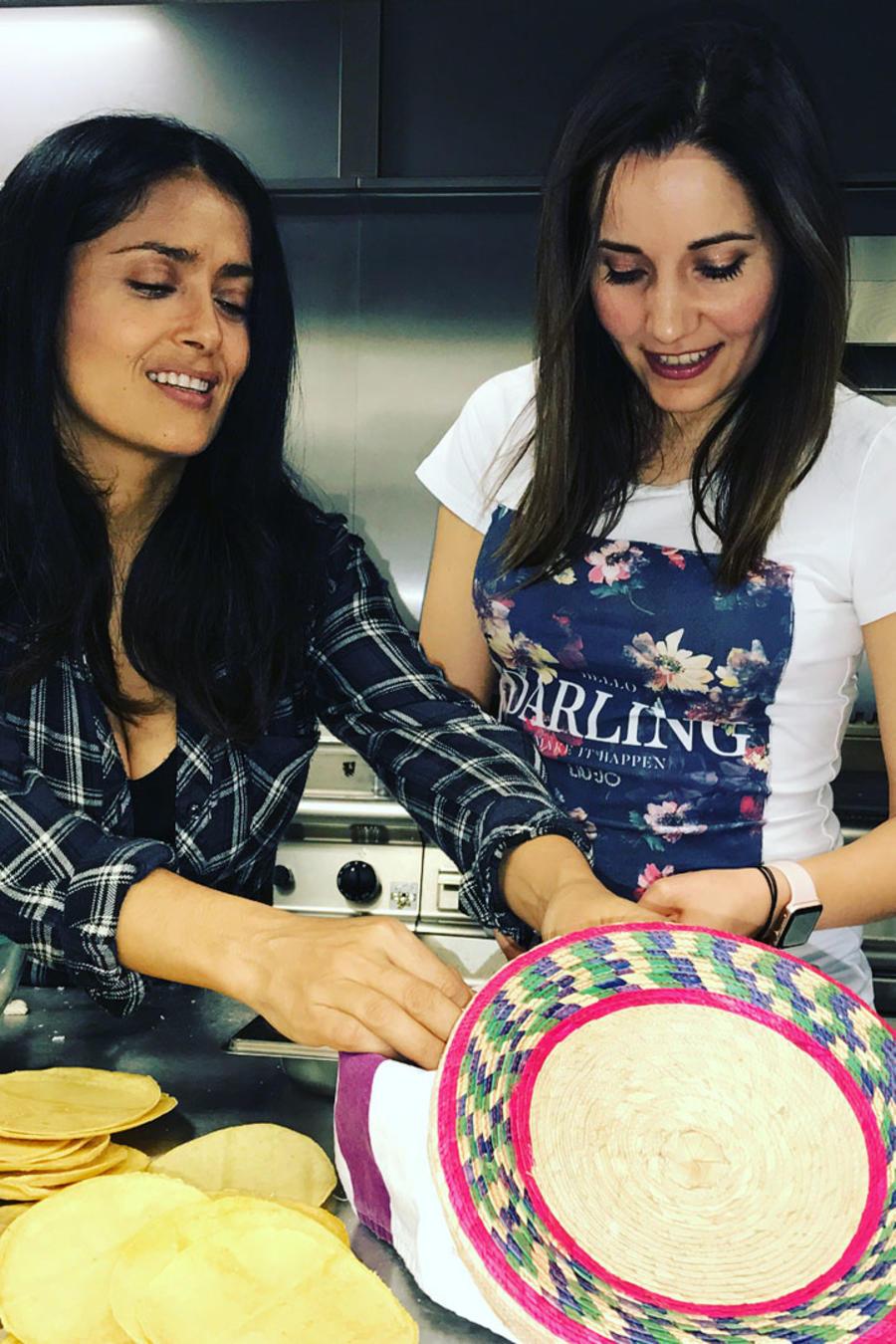 Salma Hayek cocinando sopes