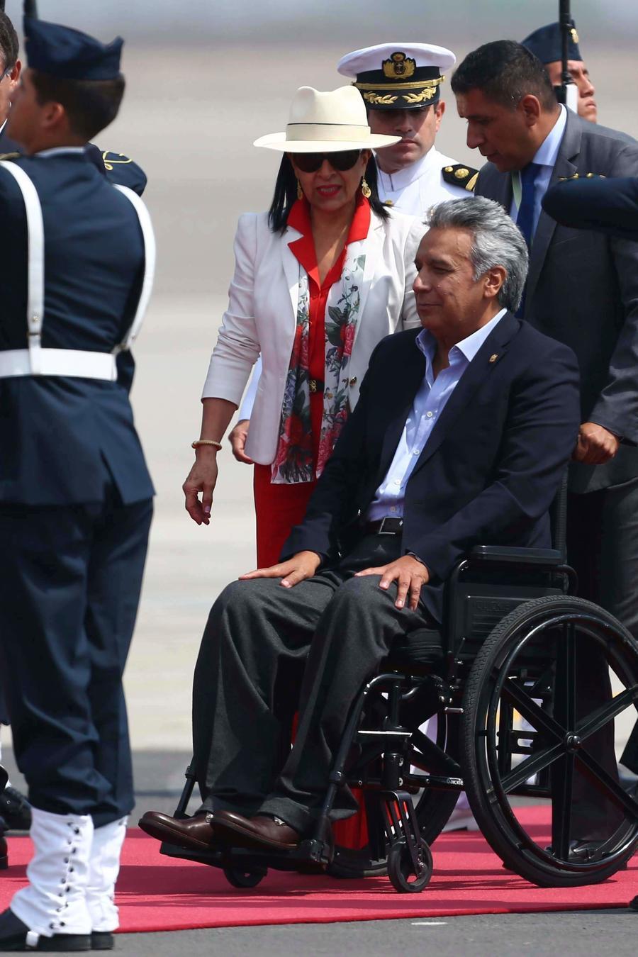 El presidente ecuatoriano Lenín Moreno es desplazado frente a una guardia de honor a su llegada a Lima para participar en la Cumbre de las Américas, el jueves 12 de abril de 2018.