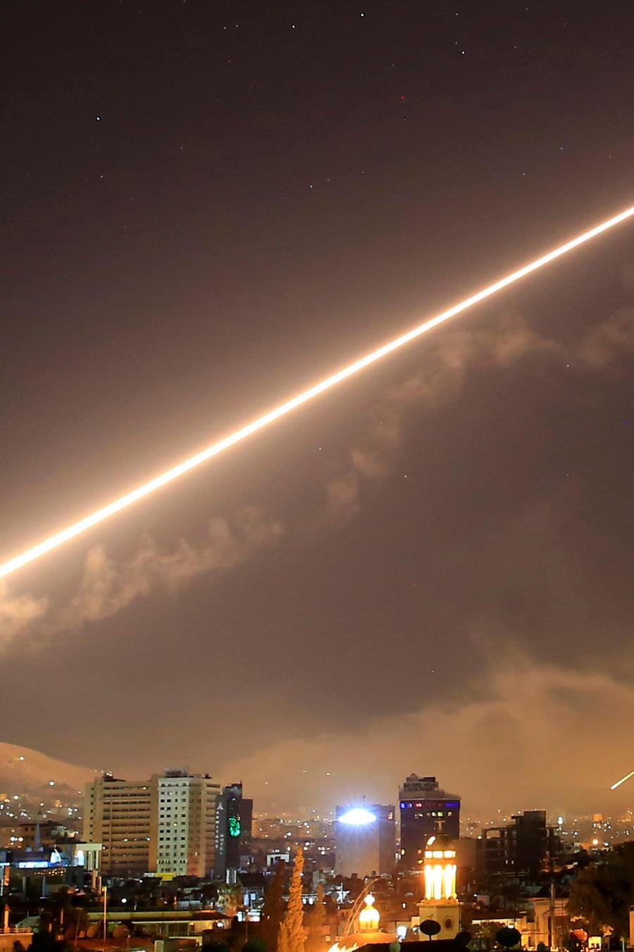 El cielo de Damasco se ilumina por los disparos de misiles tierra-aire lanzados por Estados Unidos contra diferentes partes de la capital siria, Damasco, la madrugada del sábado 14 de abril de 2018.