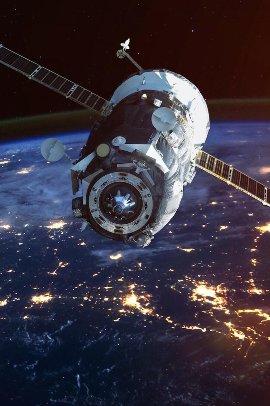 Satélite en el espacio con vista a la Tierra