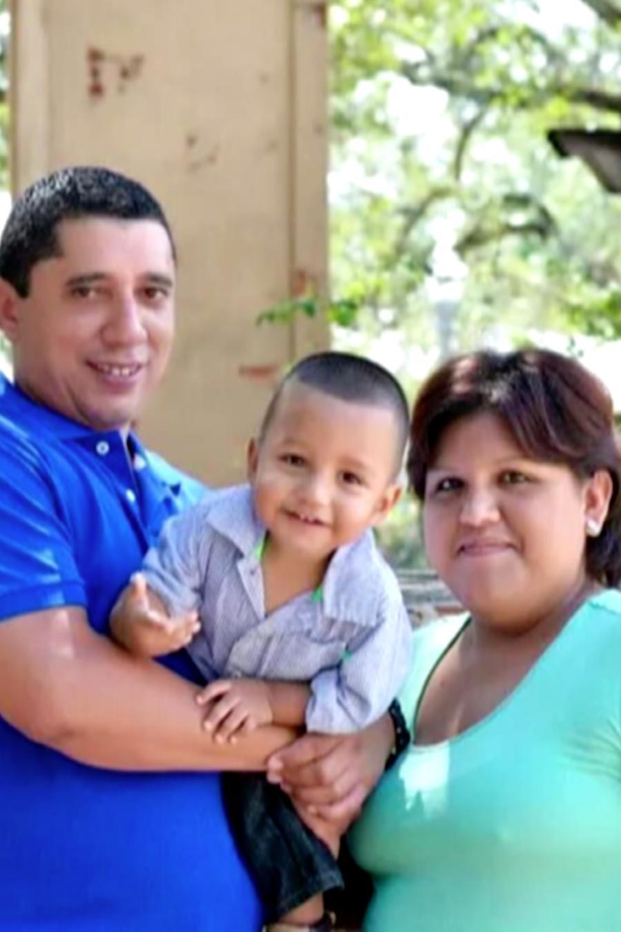 José Luis Beberena, su esposa Regina Silva y el hijo de ambos, en un foto sin fecha cortesía de Silva.