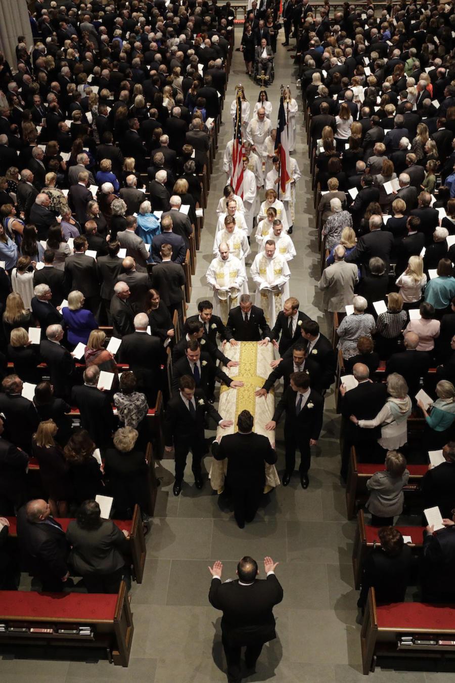 El féretro de la ex primera dama Barbara Bush es cargado hoy en la Iglesia Episcopal de San Martín, hoy en Houston, Texas.