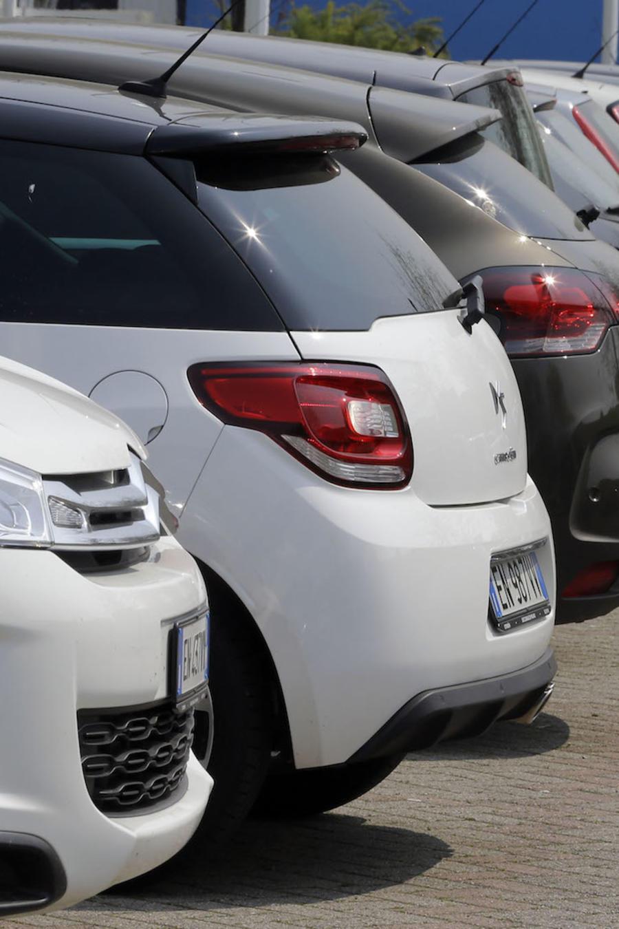 Imagen de archivo de un concesionario de coches.