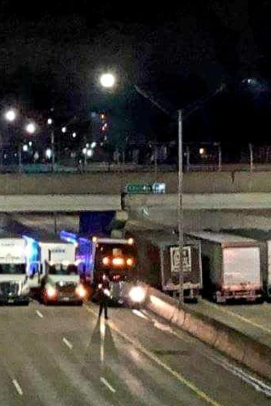 Camiones alienados en Detroit para evitar un suicidio.
