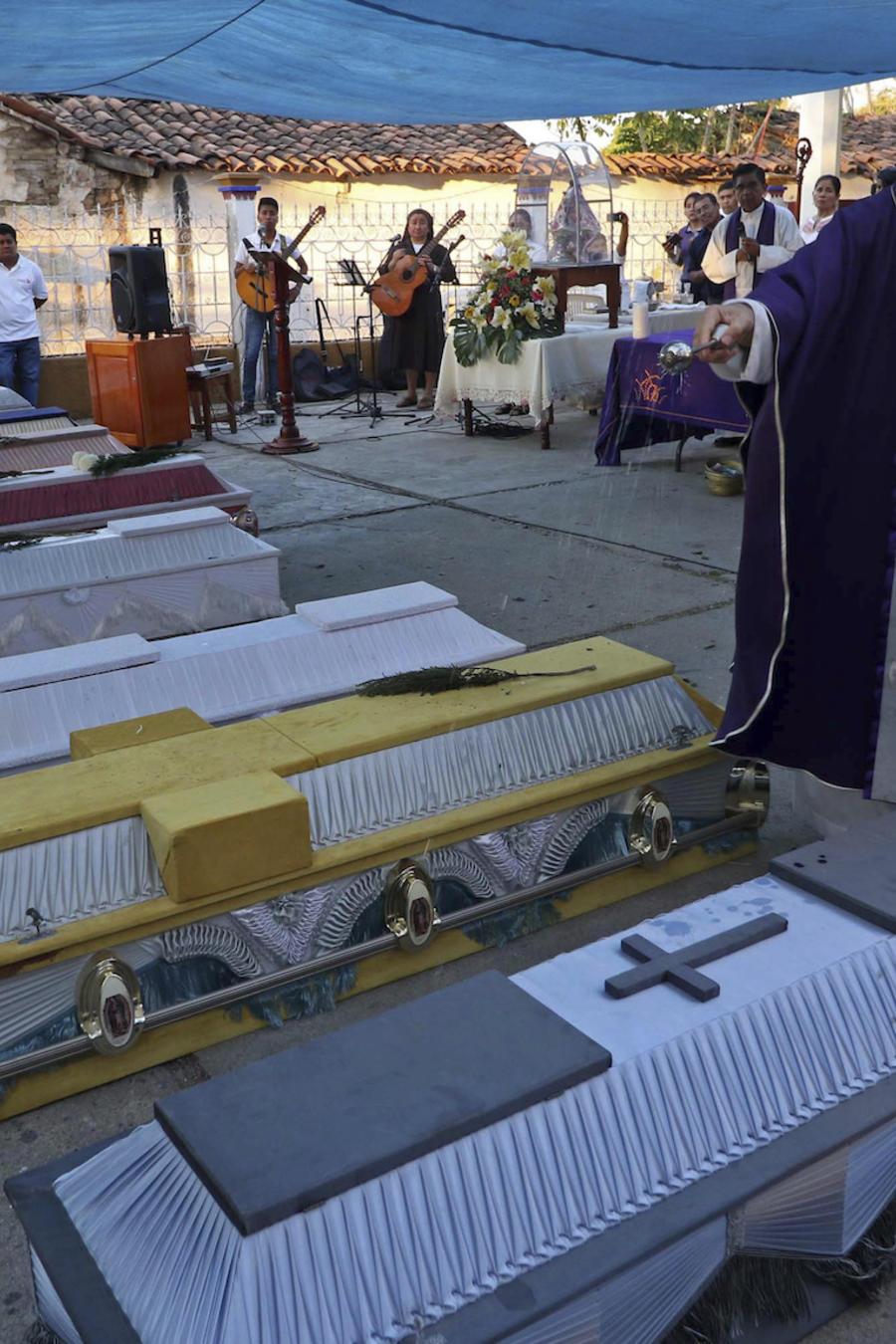 Un cura bendice ataúdes en el estado de Oaxaca, el 17 de febrero de 2018.