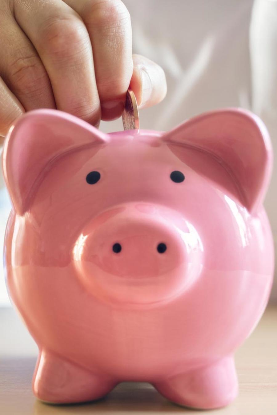 Hombre ahorrando dinero