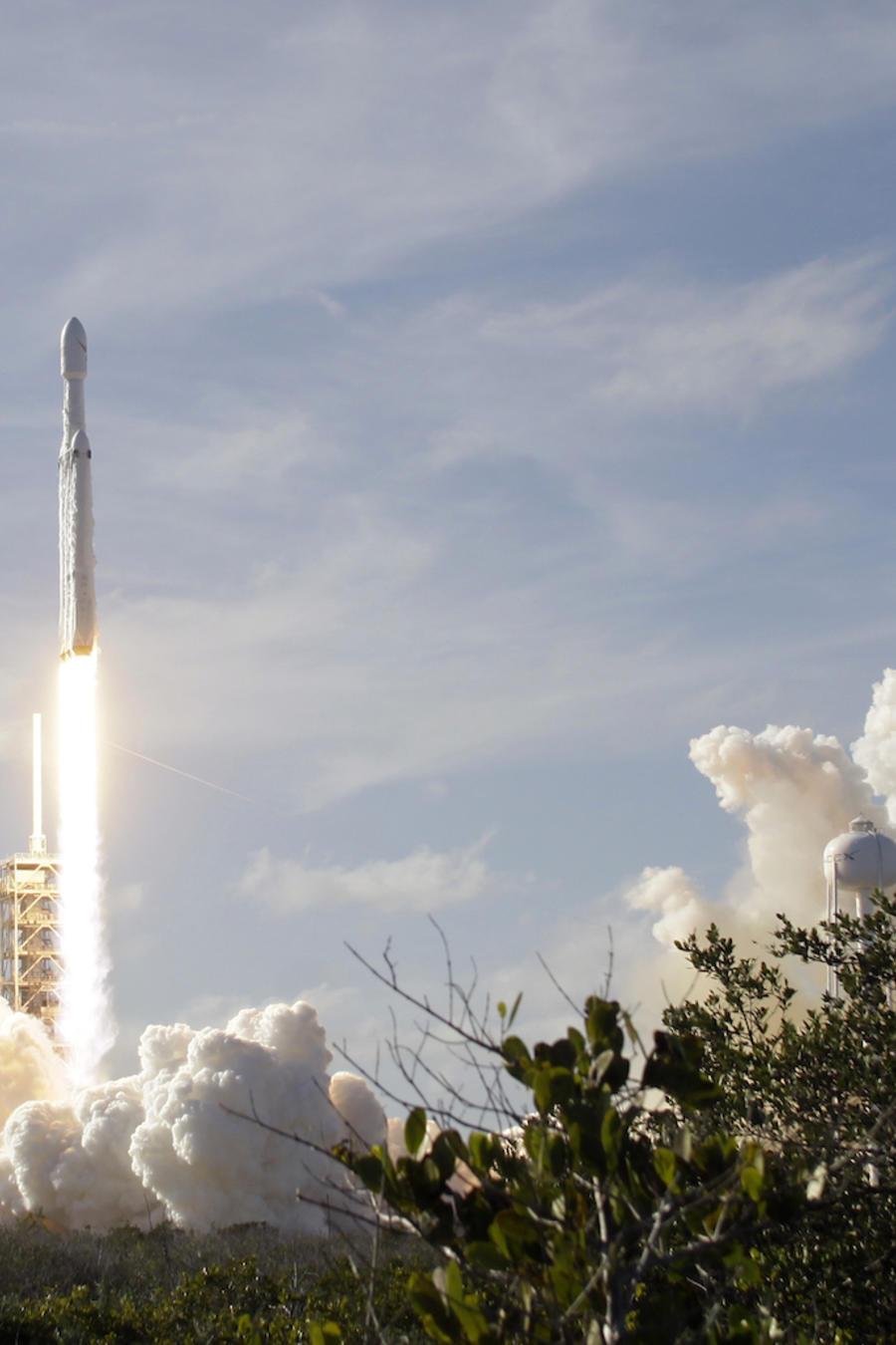 Un cohete Falcon 9 de la compañía SpaceX heavy en Cabo Cañaveral, Florida, el 6 de febrero de 2018.