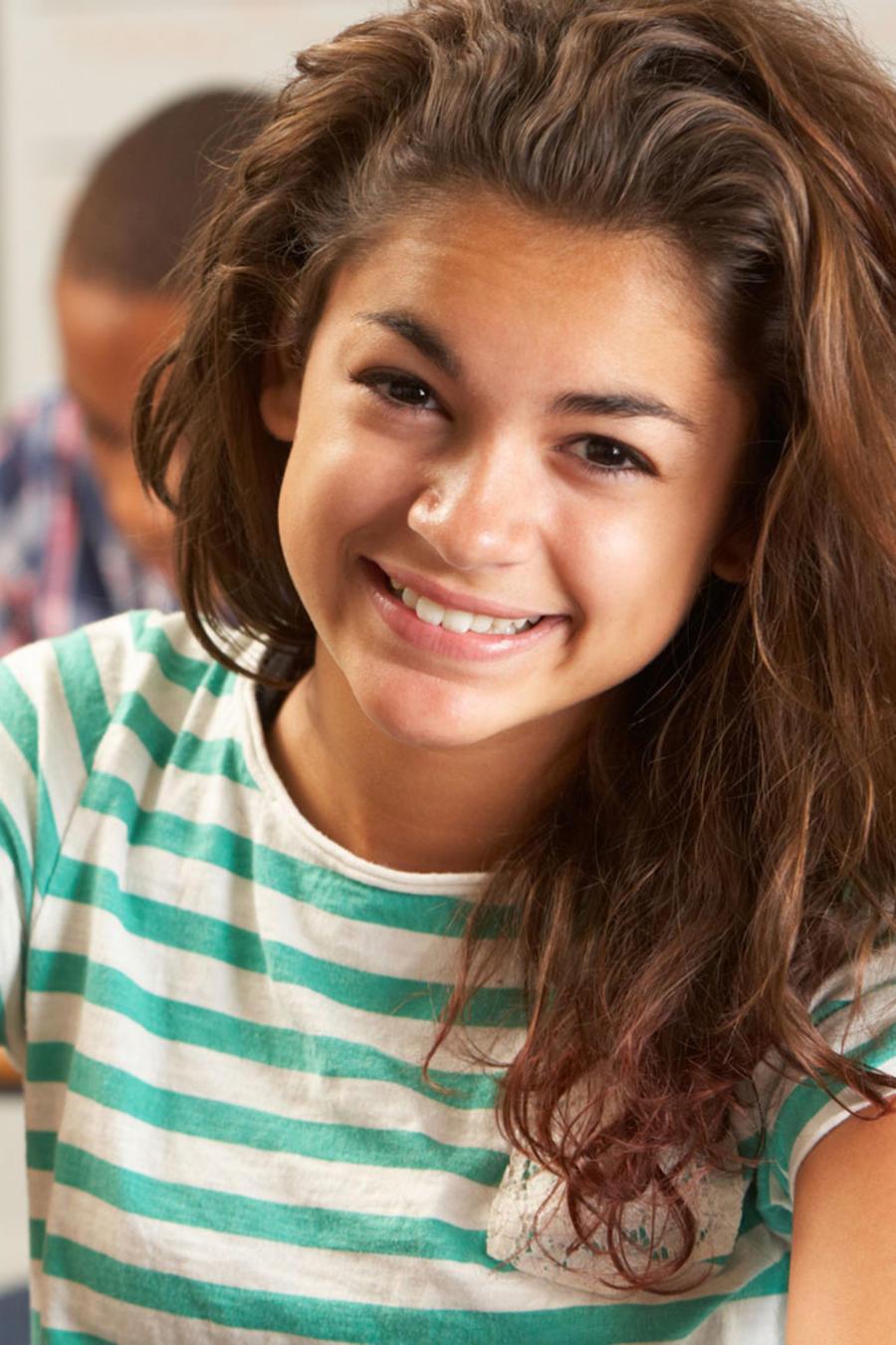 Joven latina en la escuela