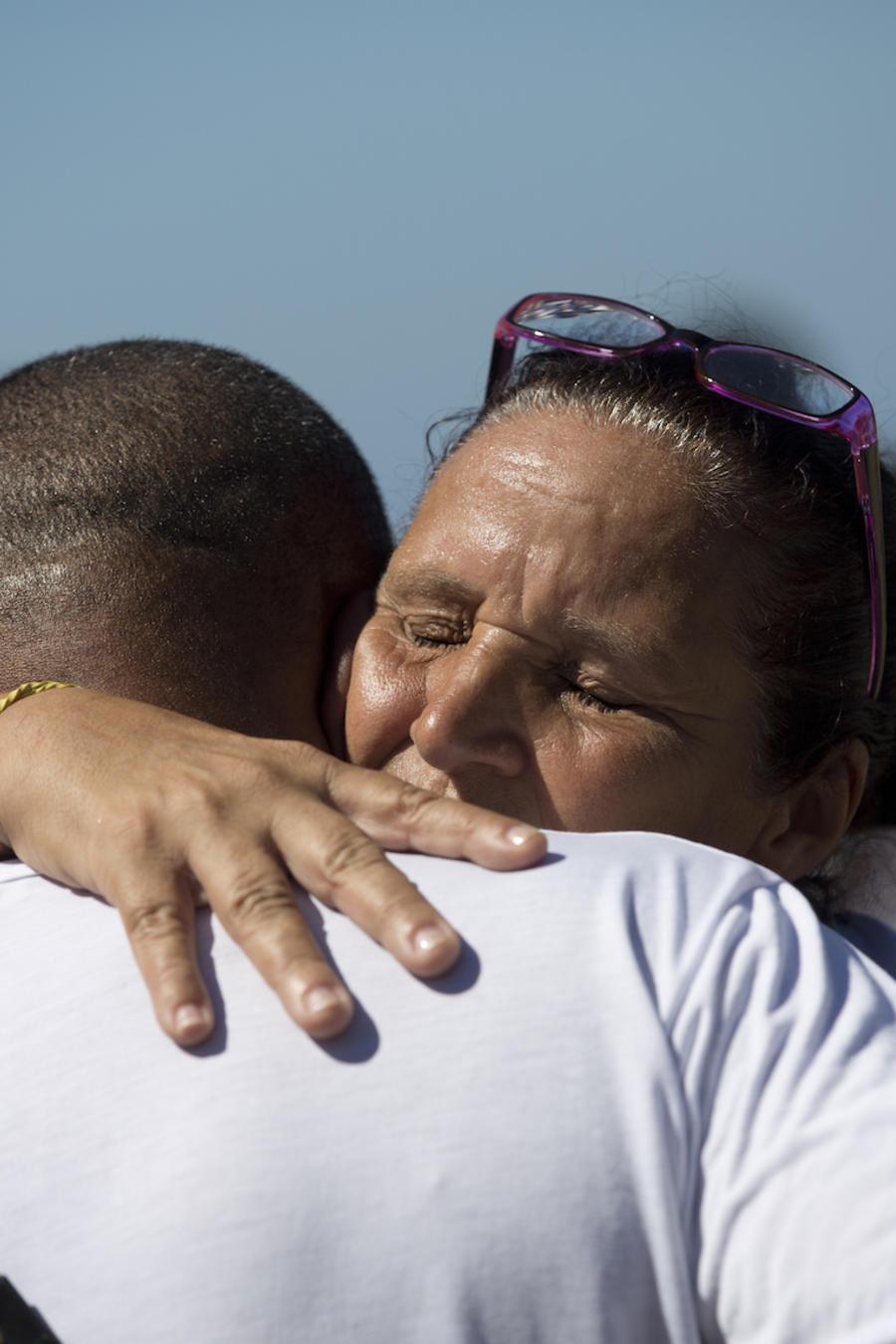Una mujer abraza a un hombre en Rio de Janeiro, Brazil, el 30 de marzo de 2018.