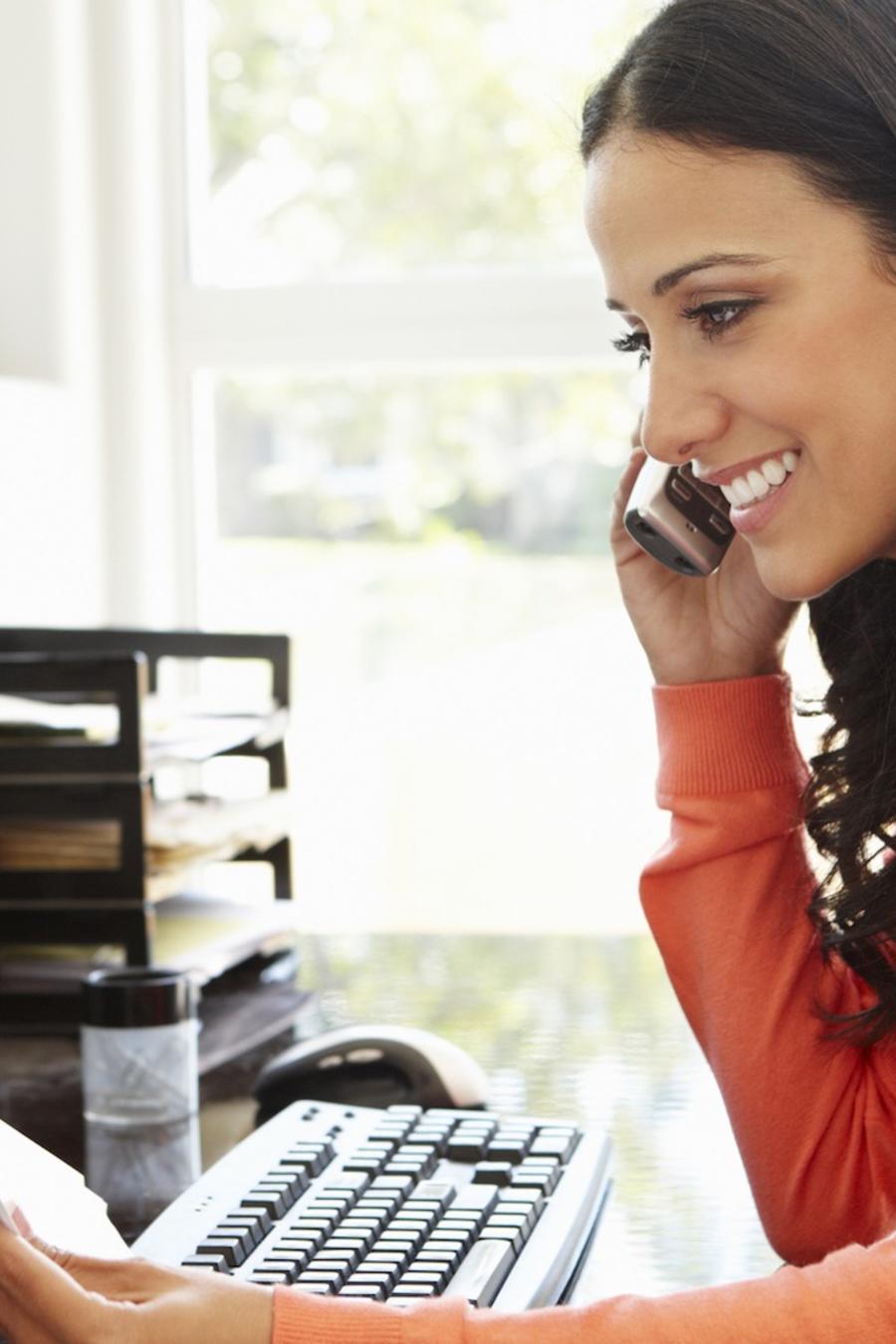 Mujer trabajando y hablando por teléfono