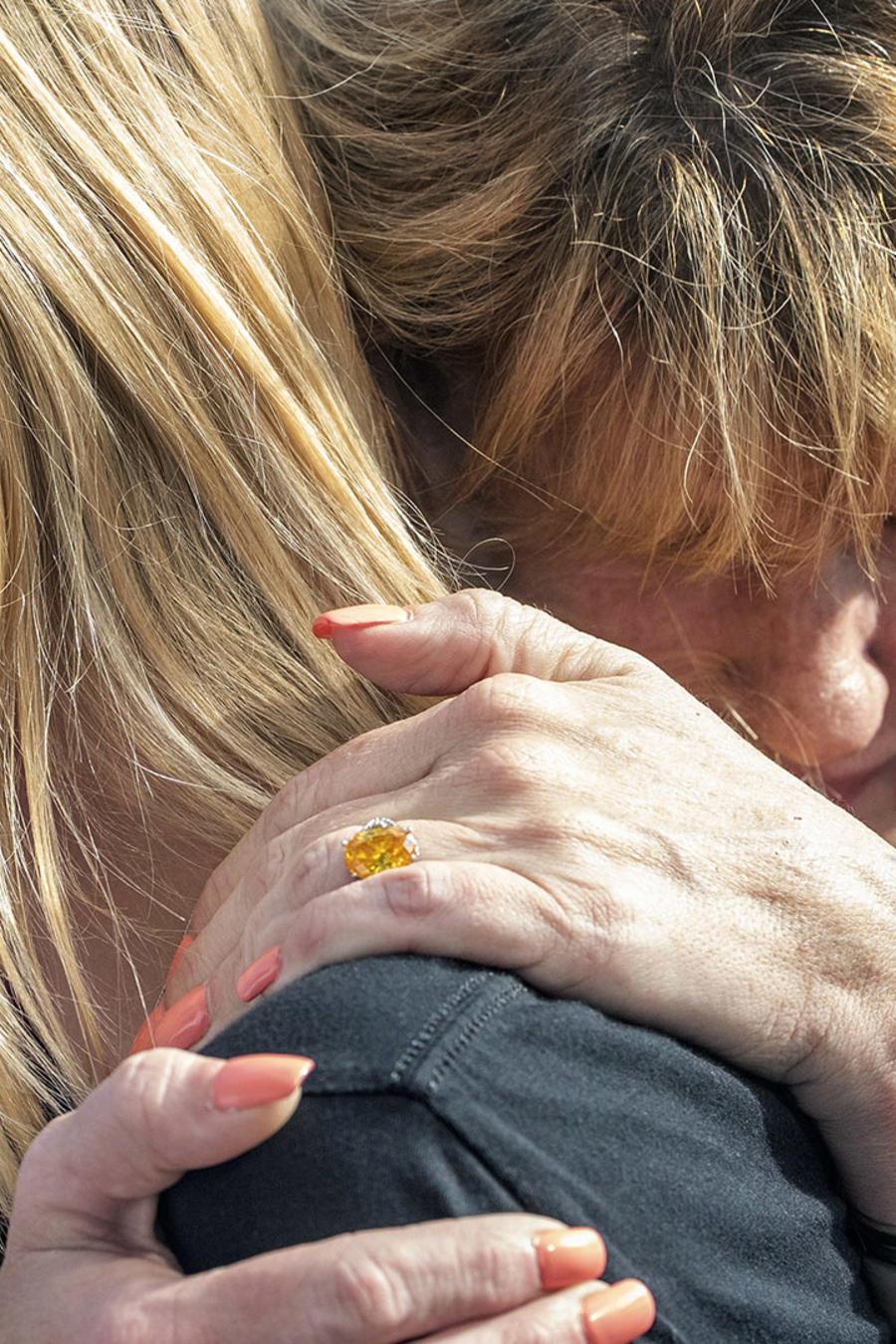 La estudiante de Santa Fe High School (Texas) Dakota Shrader es consolada por su madre, Susan Davidson.