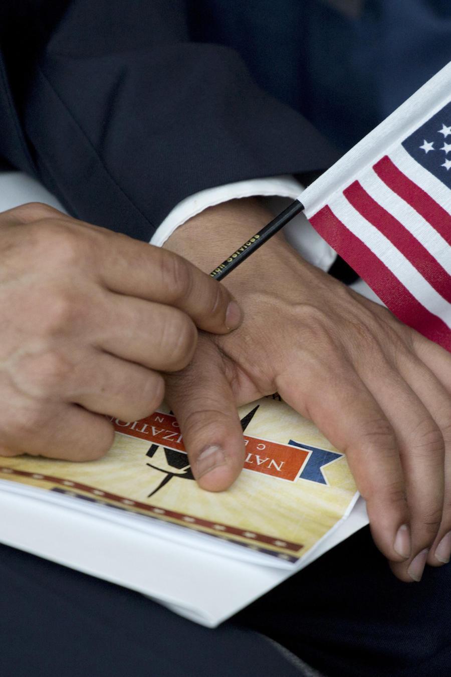 Un inmigrante durante su ceremonia de naturalización en agosto de 2017 en Nueva York.