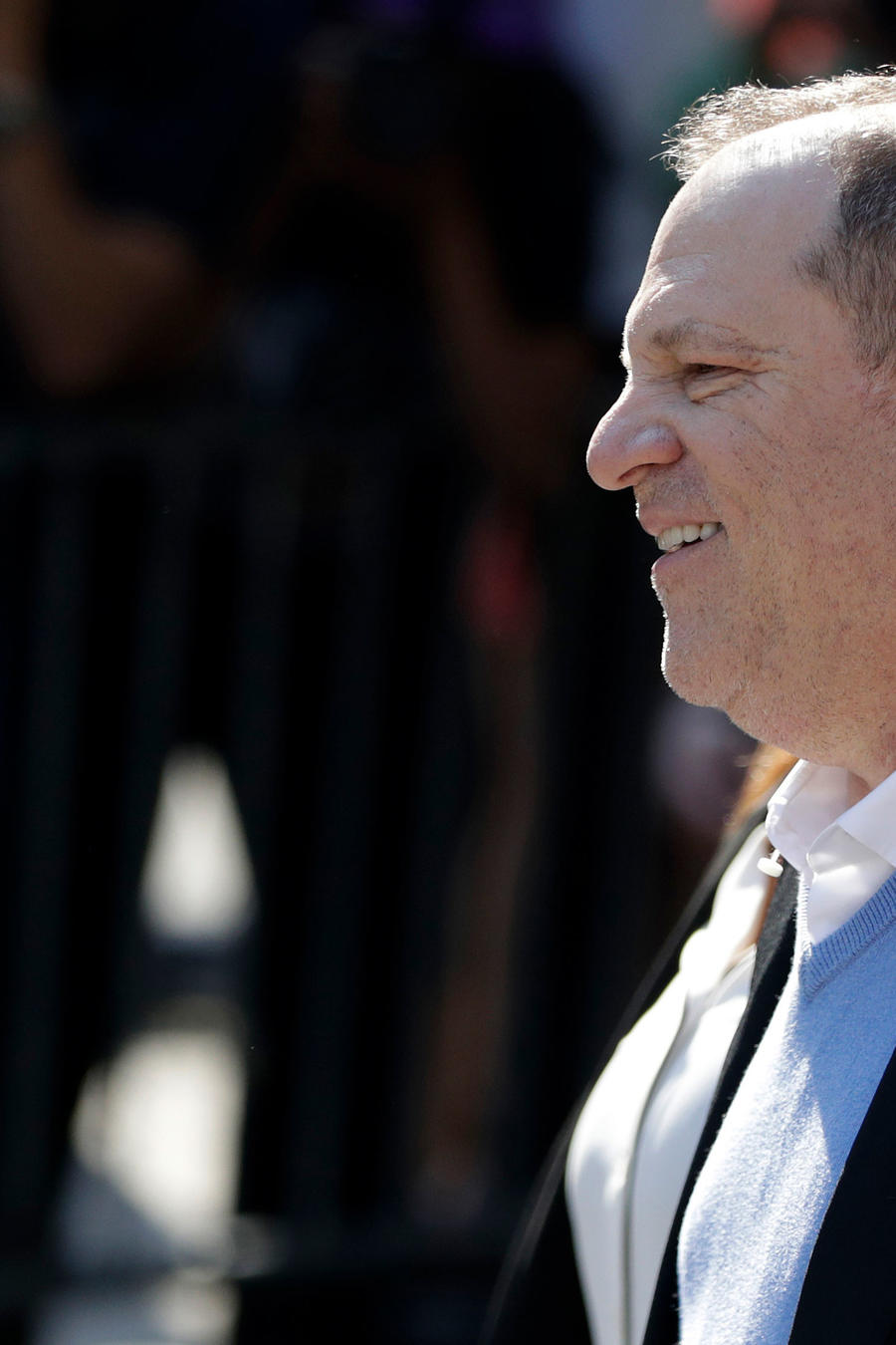 Productor Harvey Weinstein salió esposado de una comisaría de Nueva York donde se entregó por cargos de agresión sexual