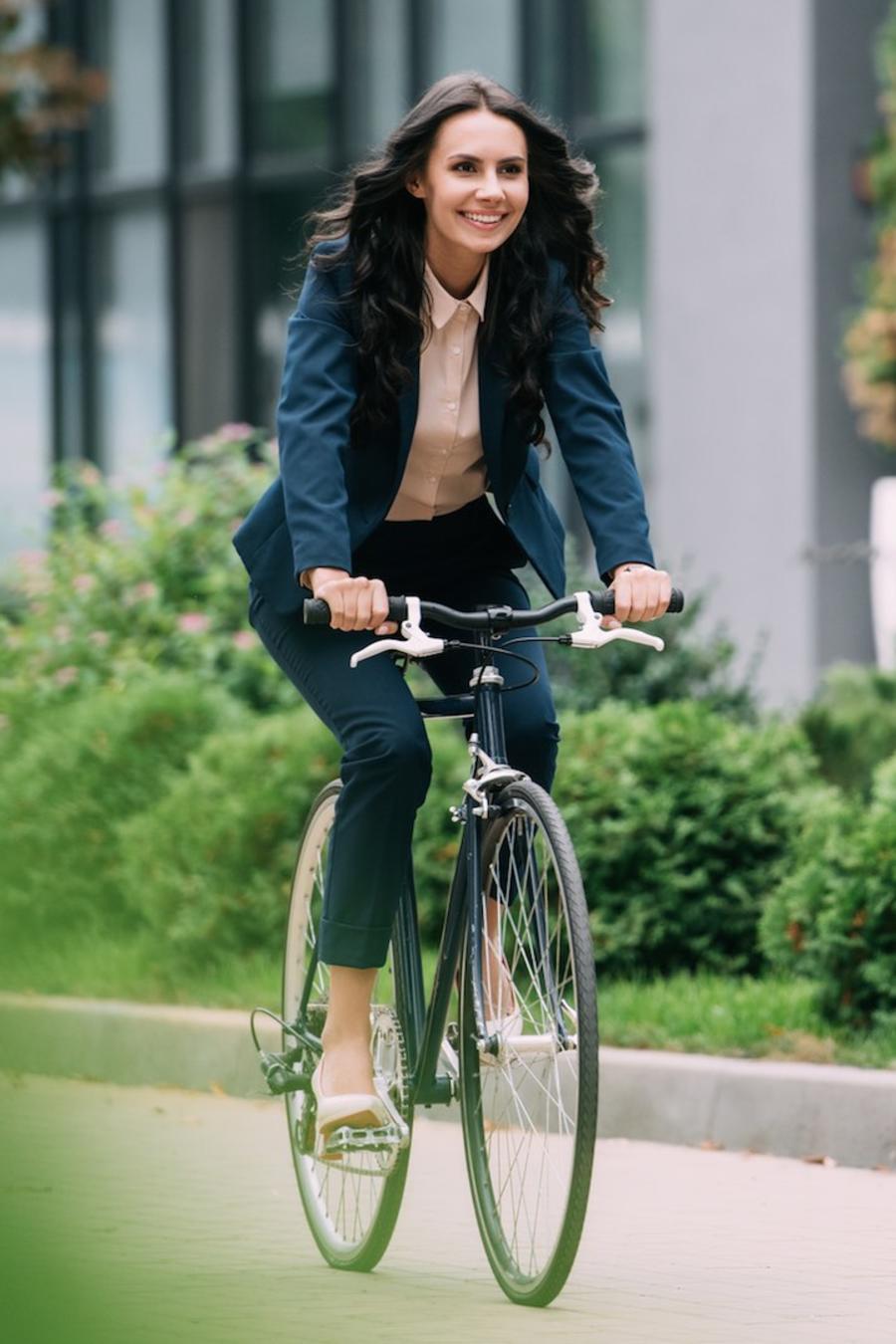 Mujer andando en bicicleta