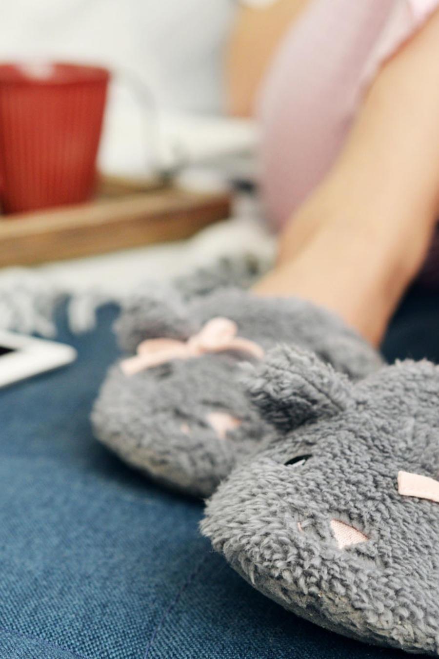 Chica en pantuflas, en la cama