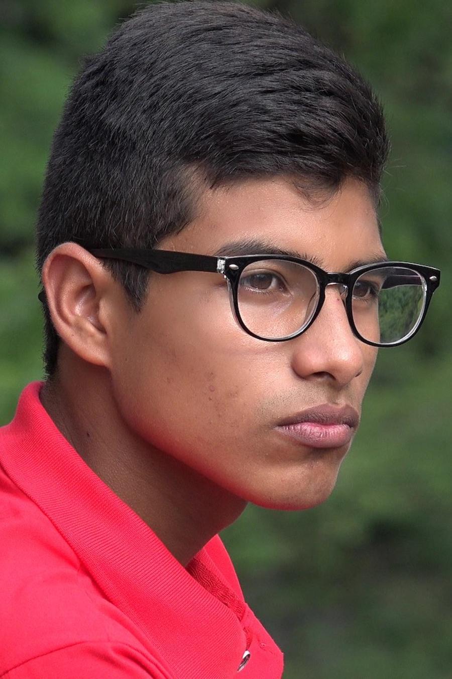 Joven latino con anteojos triste