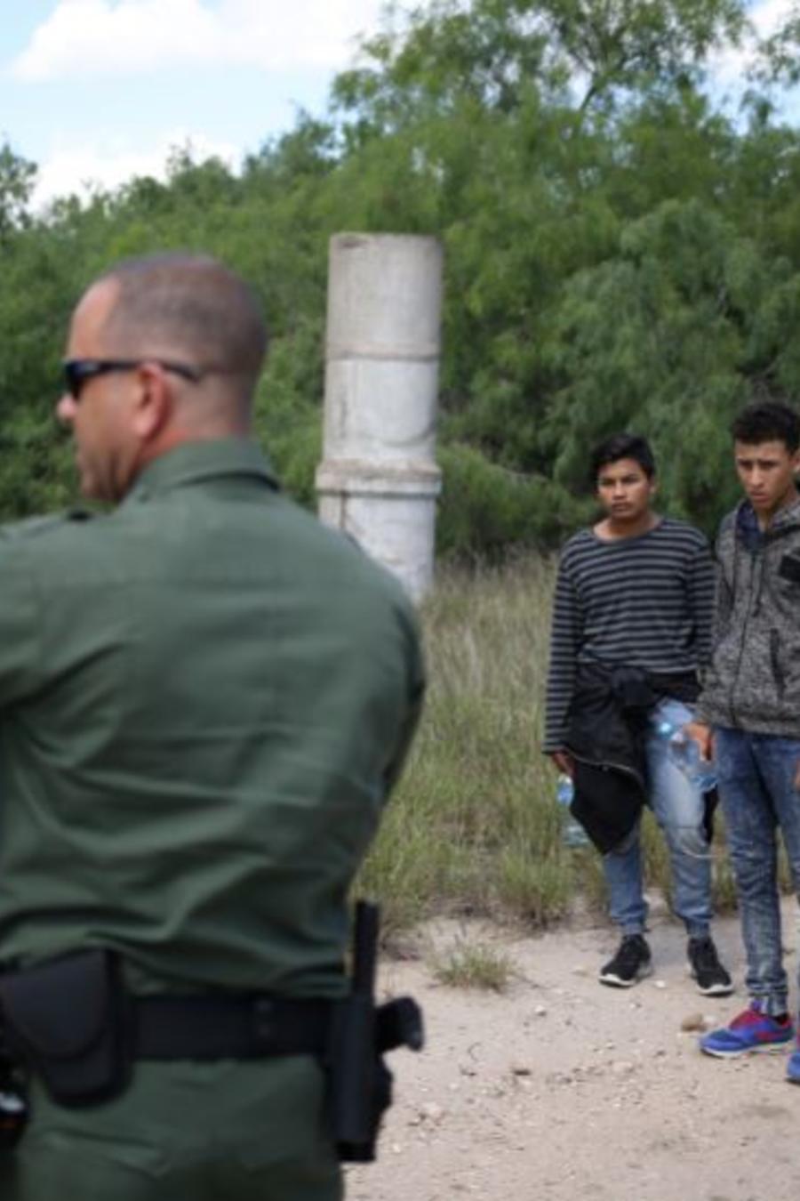 Un grupo de inmigrantes ilegales detenidos por la Patrulla Fronteriza en la frontera de México y Estados cerca de McAllen, Texas.