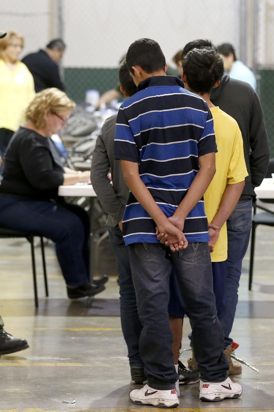 Menores separados de sus familias aguardan a ingresar en un centro de la Patrulla Fronteriza de Nogales, Arizona