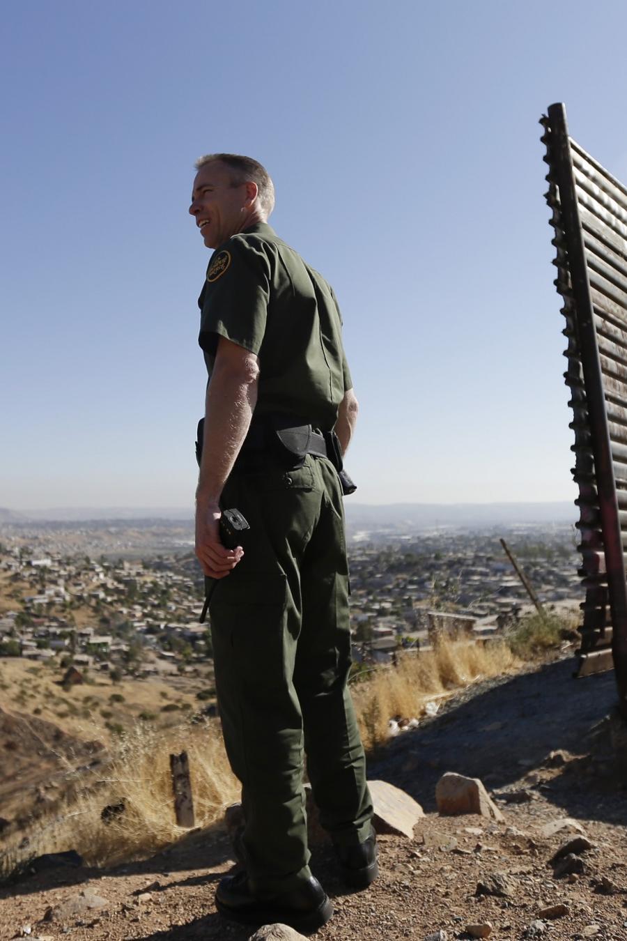 Agente de migración en la línea fronteriza entre Estados Unidos y México.