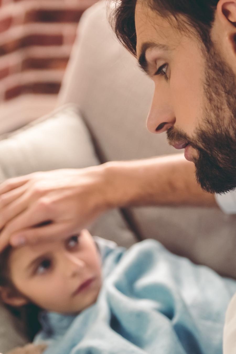 Padre tomando fiebre a su hija