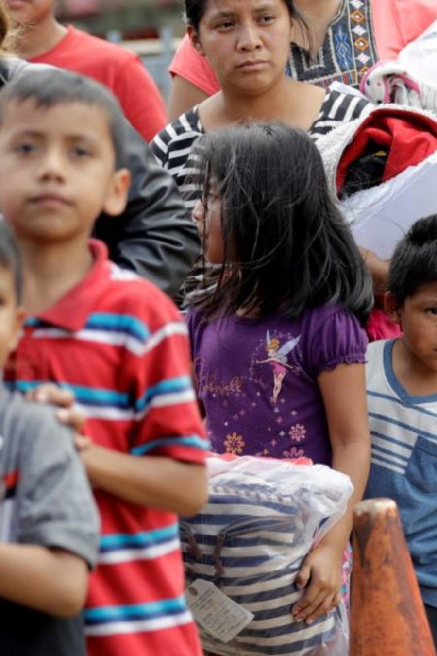 Familias inmigrantes el pasado domingo tras ser procesadas por la Oficina de Aduanas y Protección Fronteriza  en McAllen, Texas.