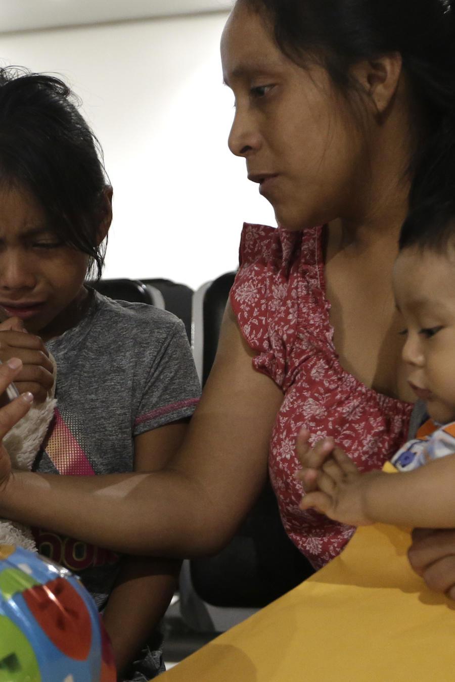 Una inmigrante reunida con sus hijos en Florida el pasado domingo tras semanas de separación.