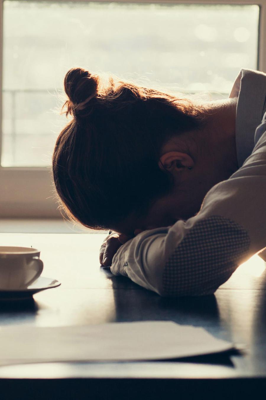 Mujer con laptop, agotada