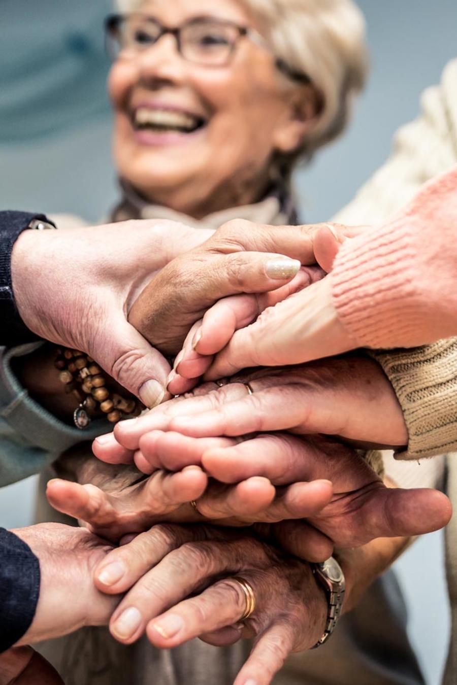 Ancianos dándose la mano
