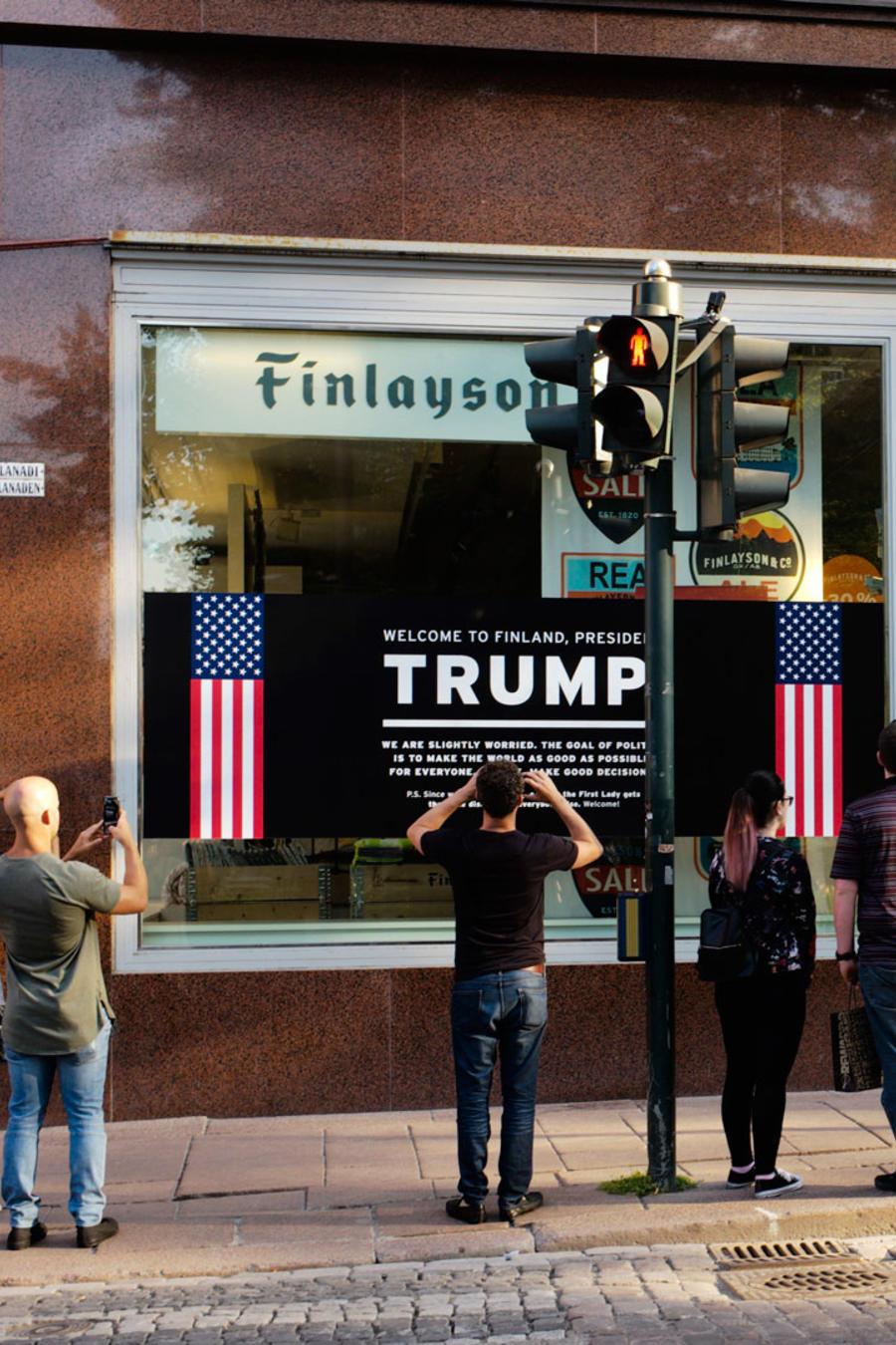 Una calle en Helsinki haciendo referencia a la cumbre entre Trump y Putin el lunes