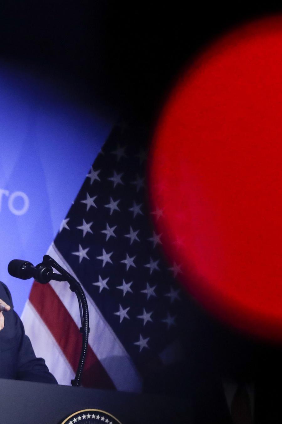 Trump, durante una conferencia de prensa en Bruselas el jueves. La luz roja proviene de una cámara de televisión.
