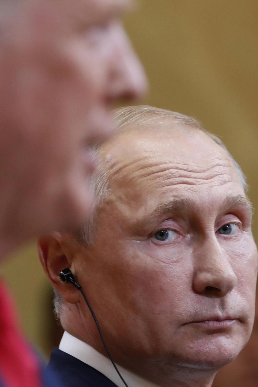 Putin escucha a Trump durante su conferencia de prensa este lunes en Helsinki.