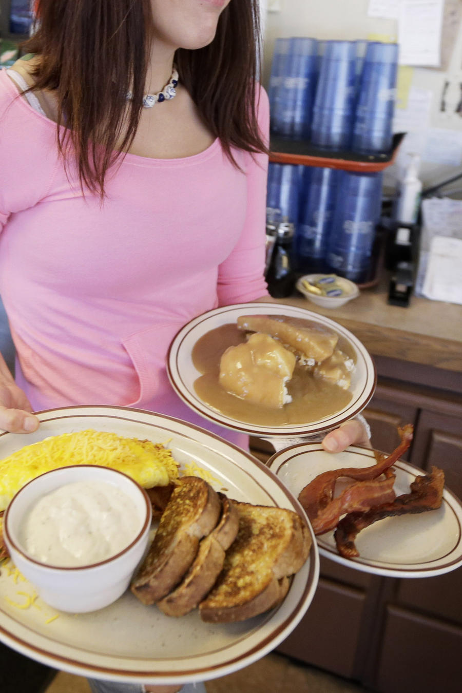 Imagen de archivo de una mesera en un restaurante.