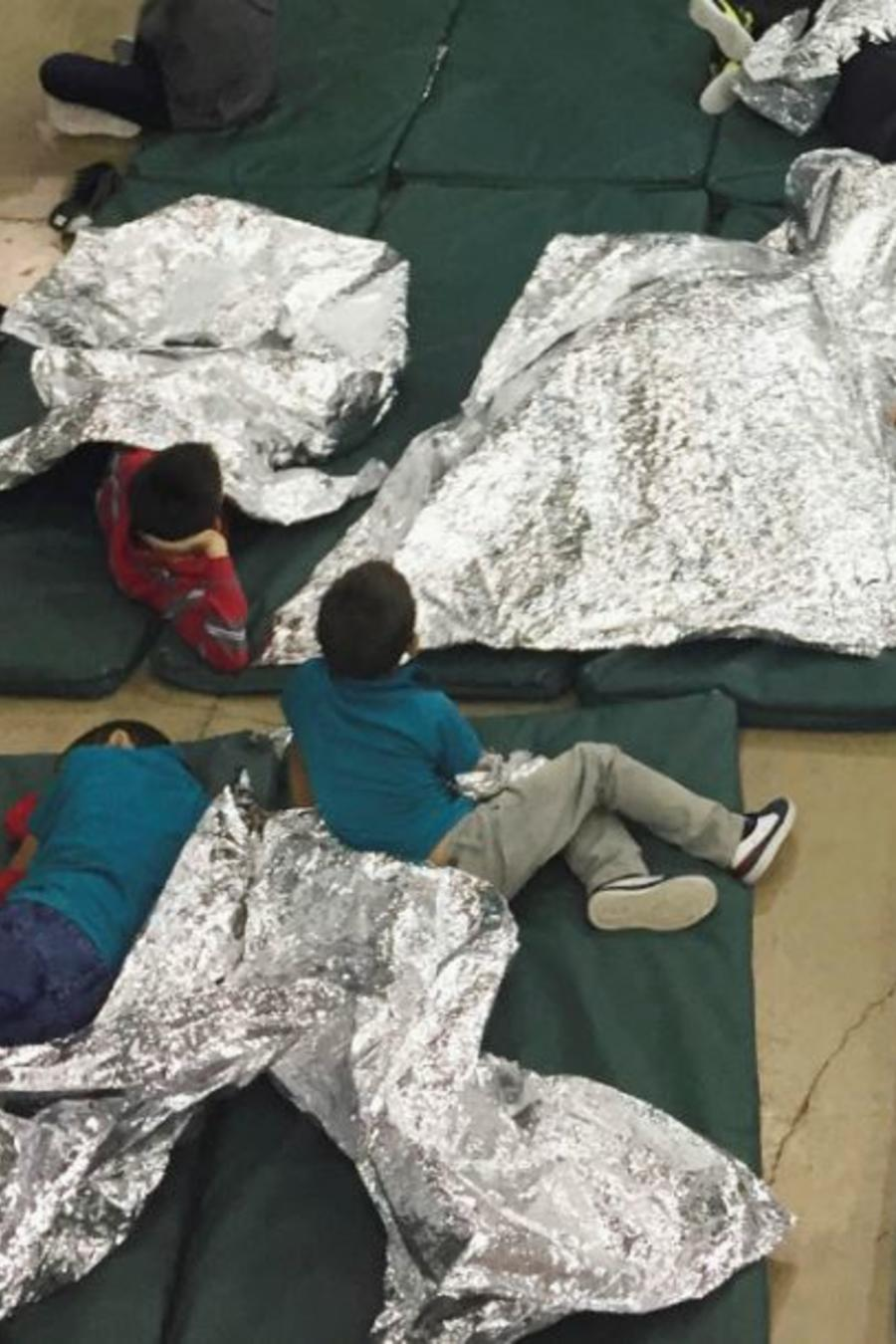 Niños migrantes el pasado junio en el centro de detención de en McAllen, Texas.