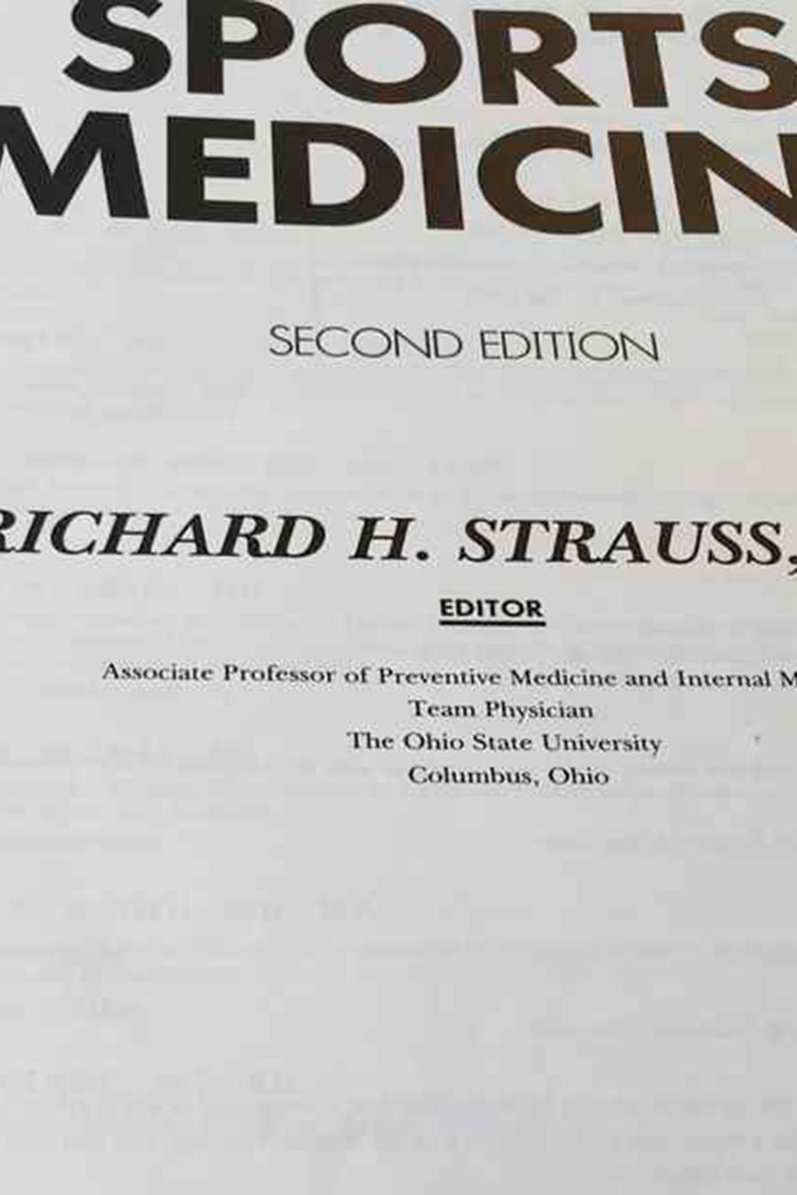 Un libro sobre medicina deportiva editado por Strauss en la biblioteca de la Universidad Estatal de Ohio.