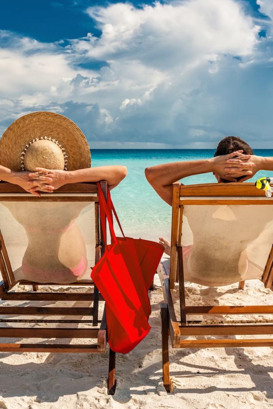 Pareja descansando en la playa