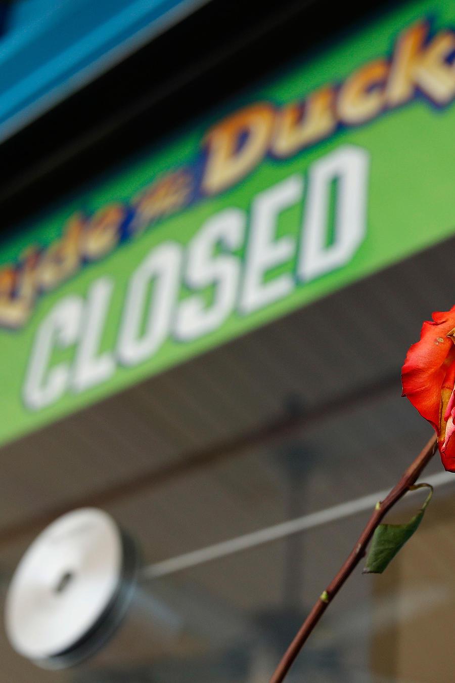 Kiosko de venta de boletos para embarcación turística en Misuri con el cartel de cerrado