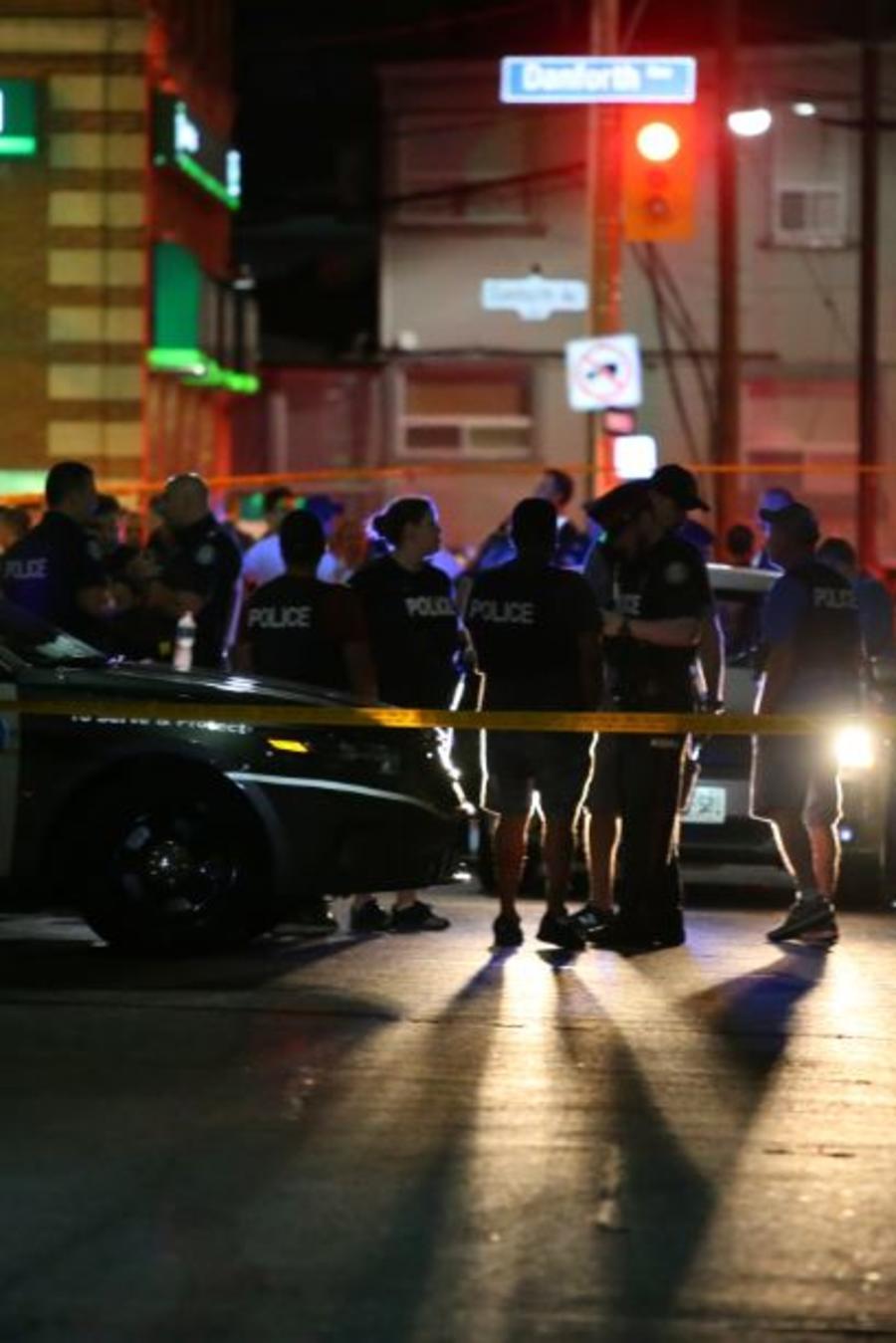 La policía acordona el área donde se ha producido este domingo por la noche un tiroteo masivo en Toronto.