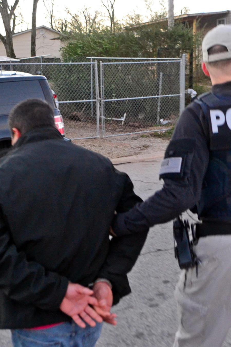 Love, un abogado que ejercía de asistente del consejero principal en ICE, ahora enfrenta una demanda por daños y perjuicios.