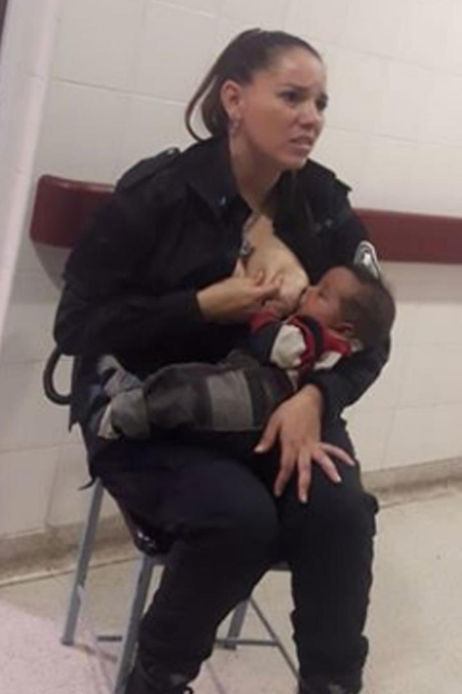 Policía amamanta a bebé