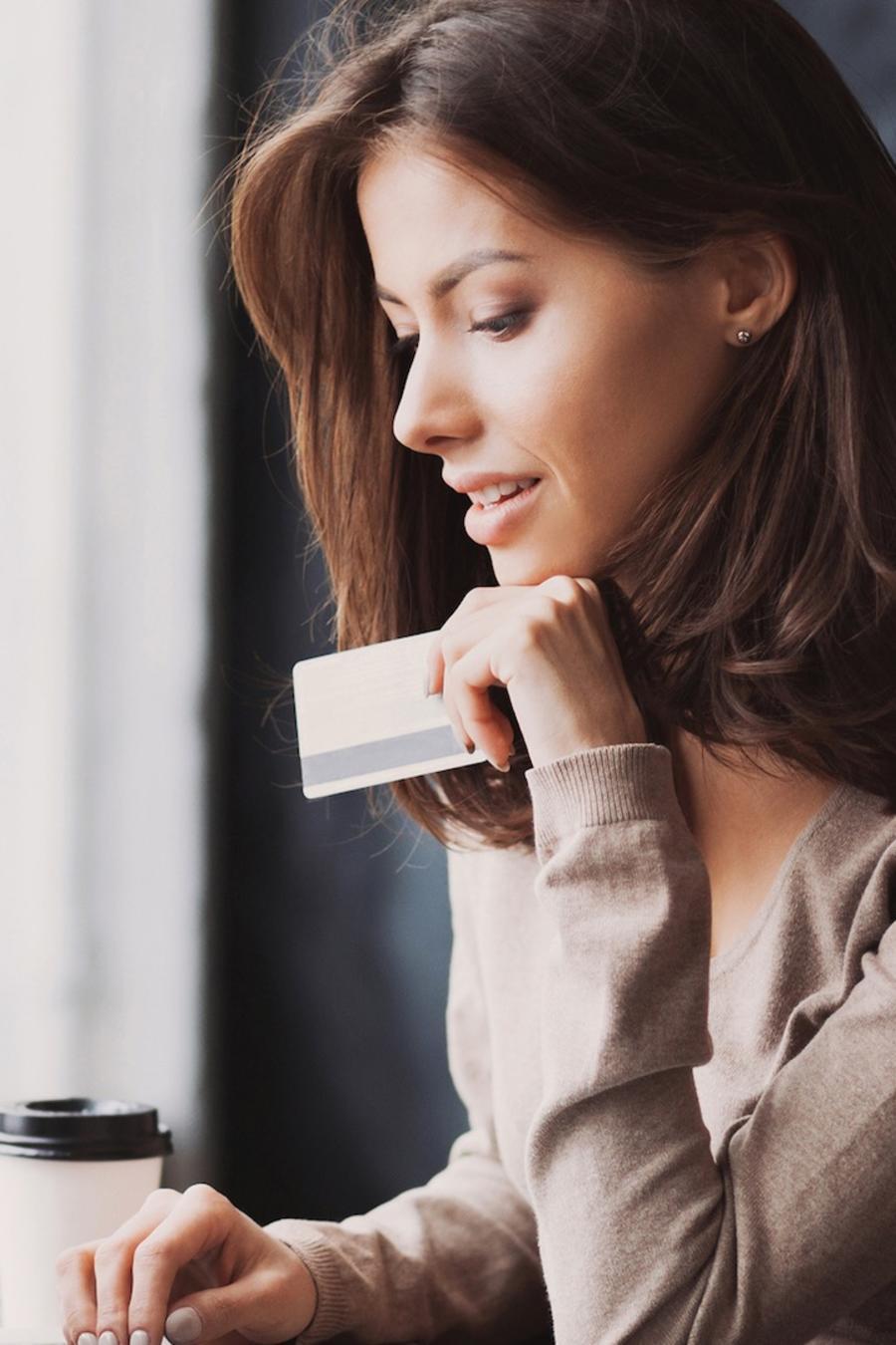 Mujer con tarjeta de crédito y computadora