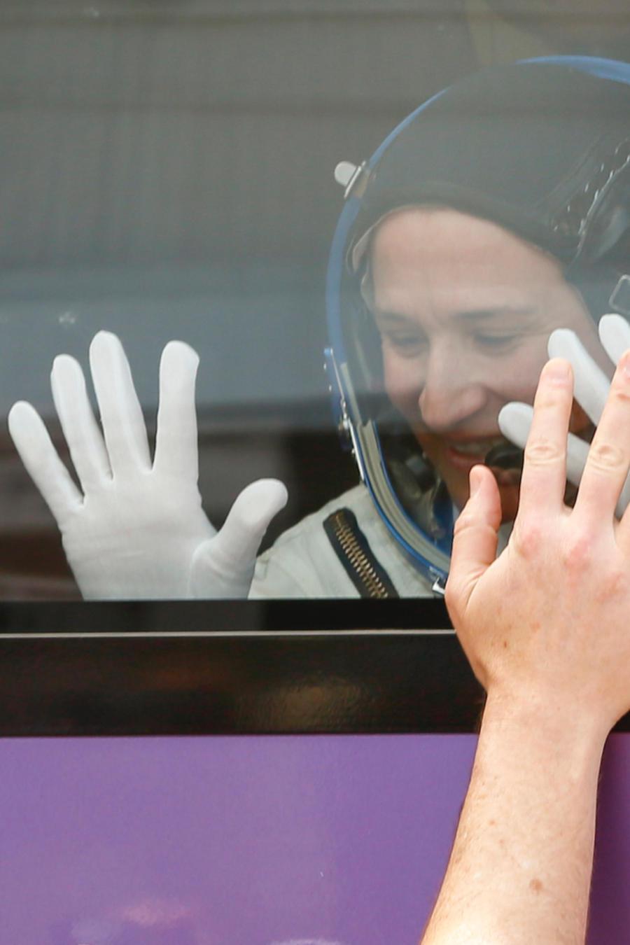 La astronauta Serena Aunon-Chancellor se despide en junio antes del despegue de la nave Soyuz (a la izquierda).