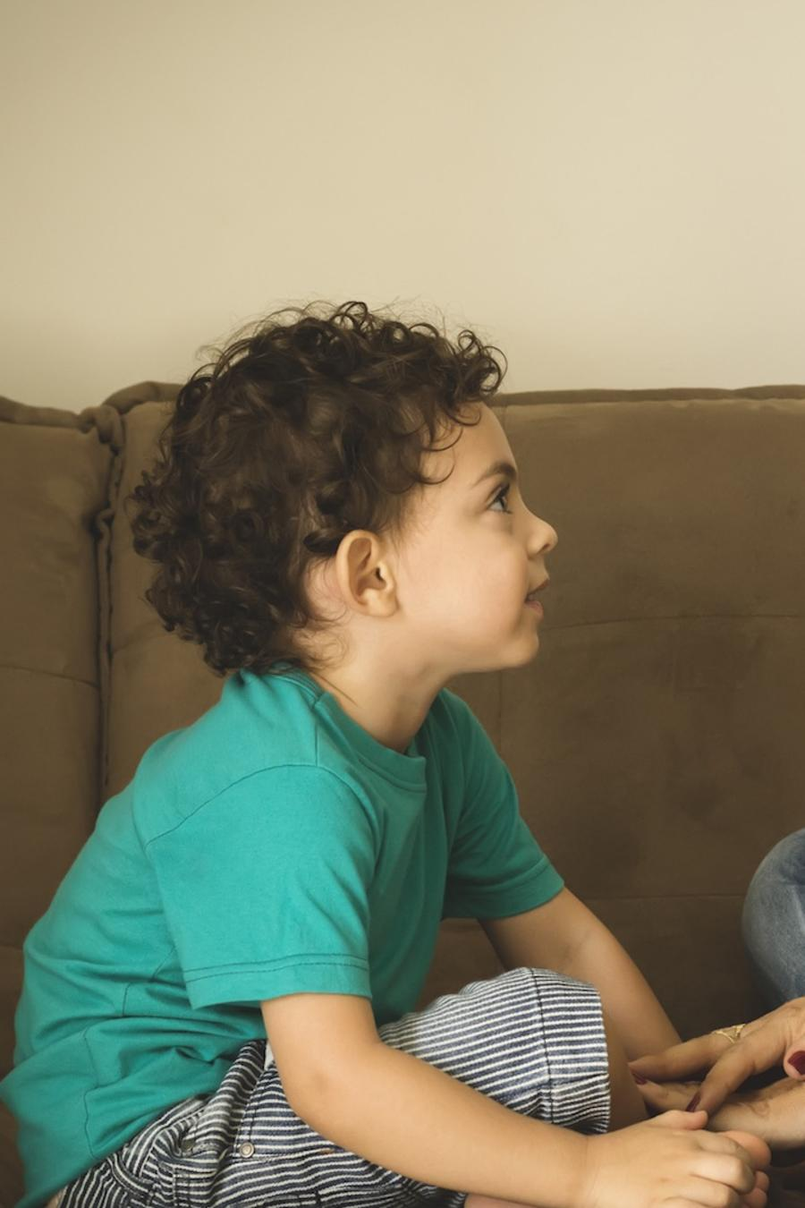 Madre e hijo hablando en el sofá