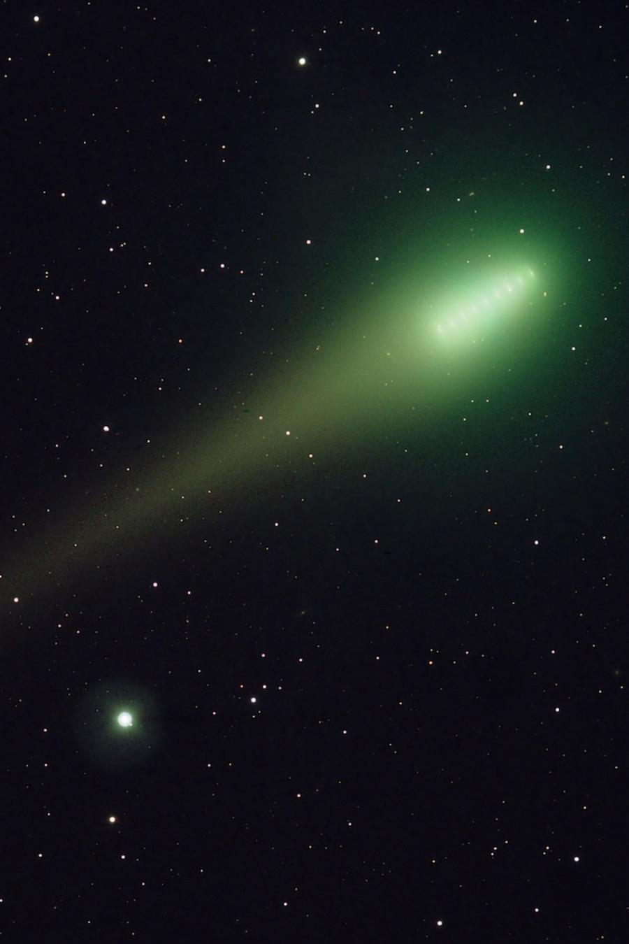 Cometa verde con fondo de estrellas