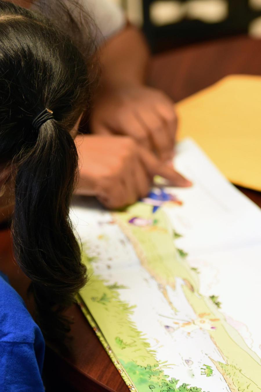 Una niña en un centro de detención en EEUU