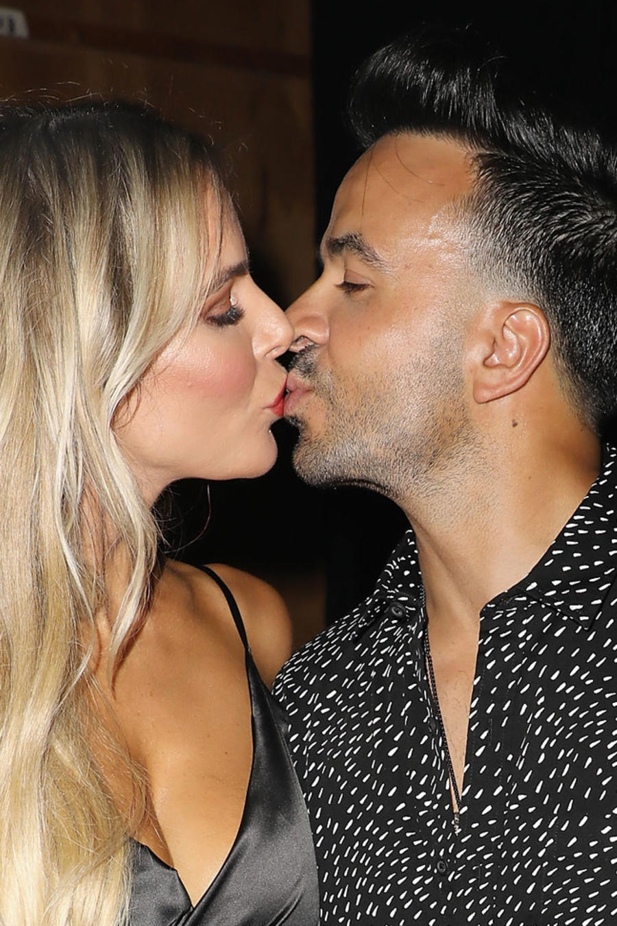 Águeda López y Luis Fonsi besándose