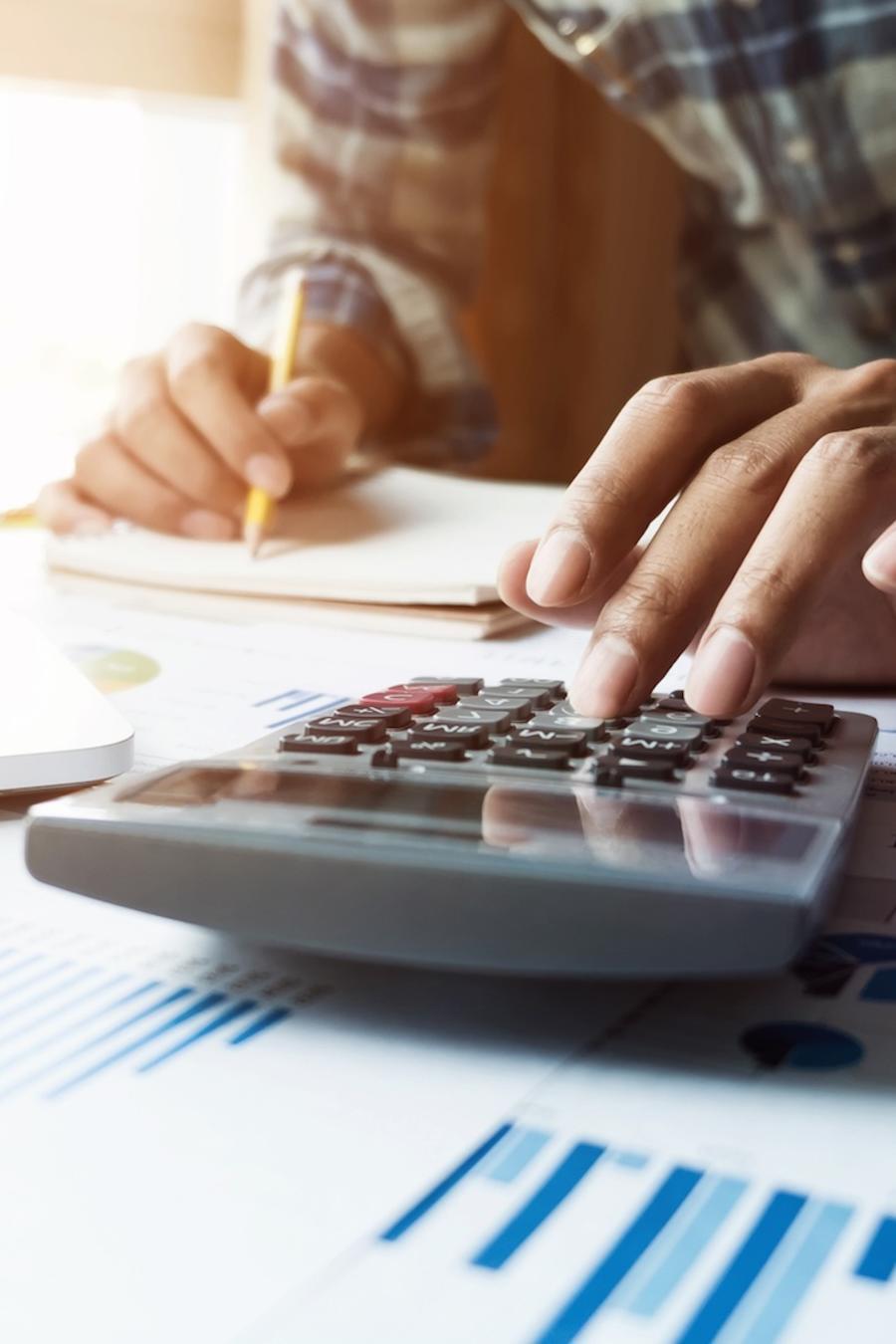 Hombre usando calculadora