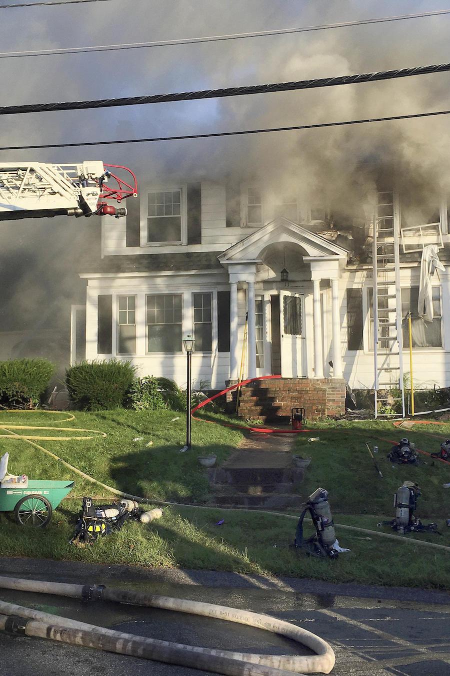Bomberos luchan contra el fuego este jueves en North Andover (Massachusetts)