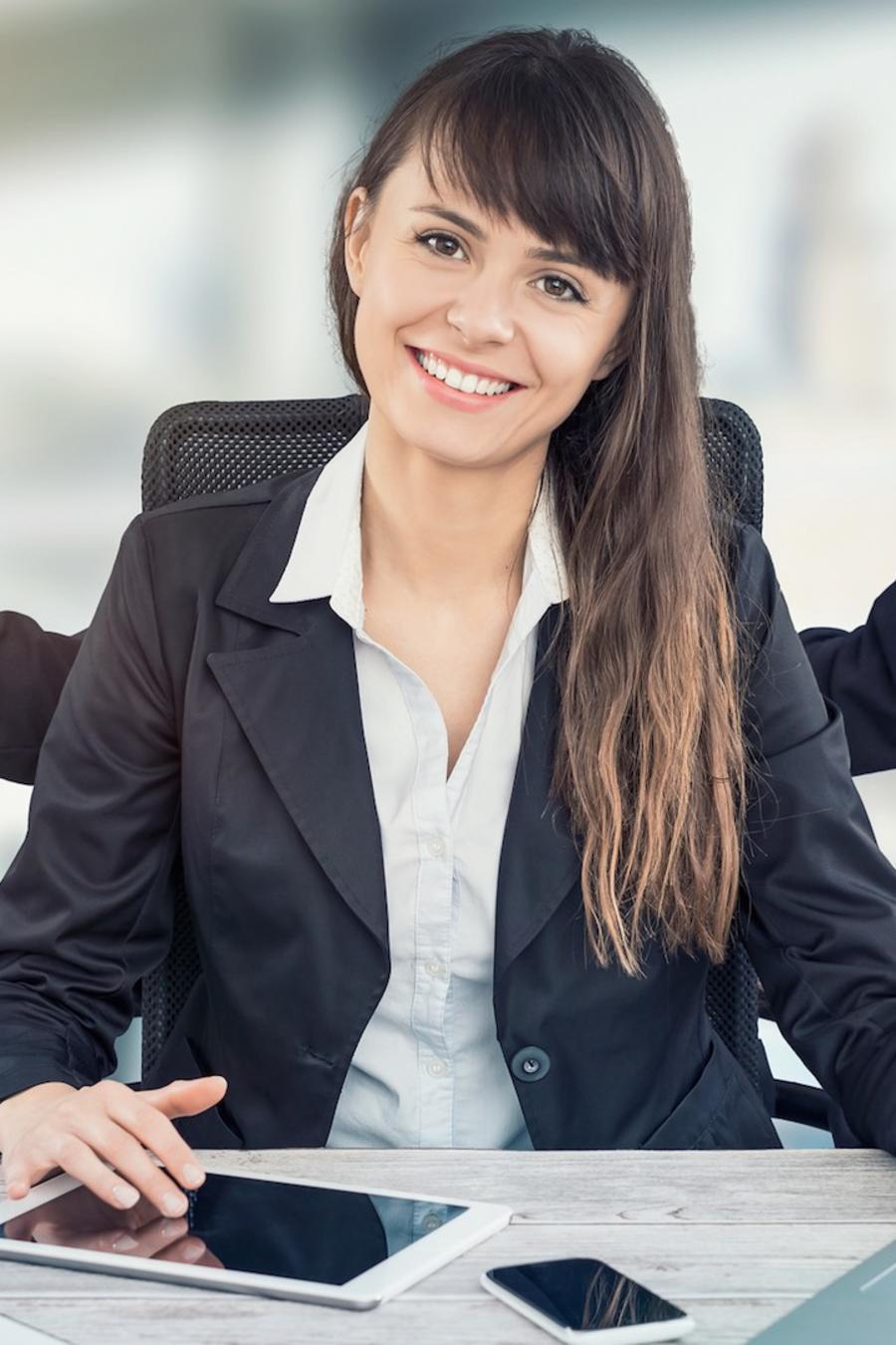 Mujer en oficina con varios brazos