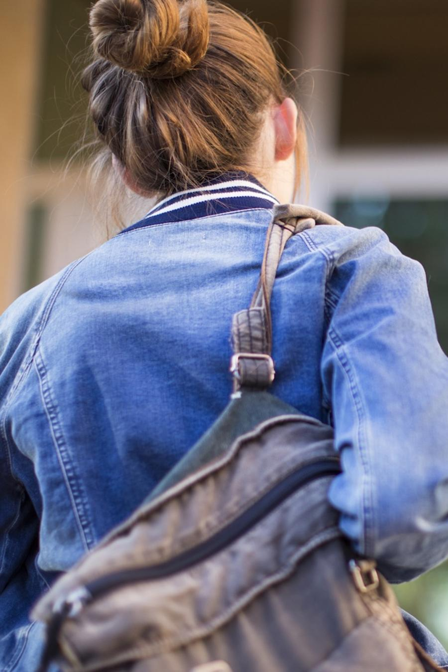 Chica con mochila subiendo escaleras